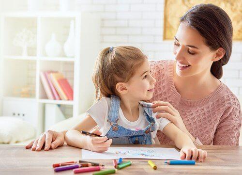 Une maman qui dessine avec sa fille.