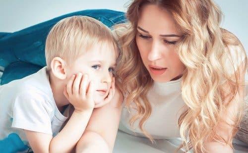 Une mère parlant à son enfant.