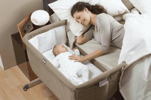 Une mère et son bébé endormi.