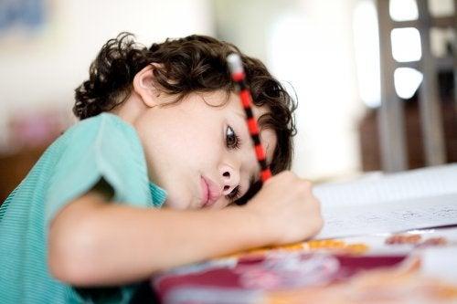 Un petit garçon qui fait ses devoirs.