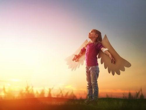 Une petite fille avec des ailes.