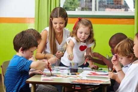 Des enfants faisant des travaux manuels.