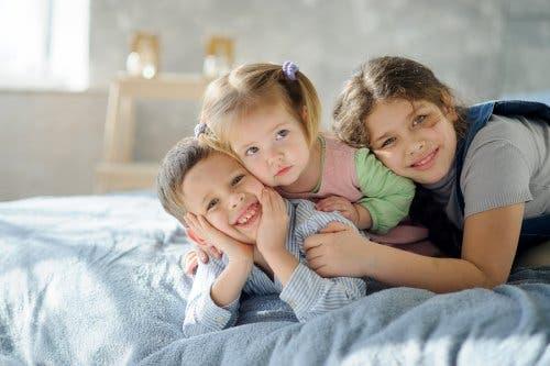Trois enfants les uns sur les autres.