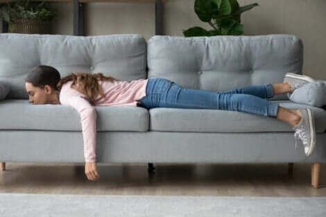 Une adolescente sur son canapé.