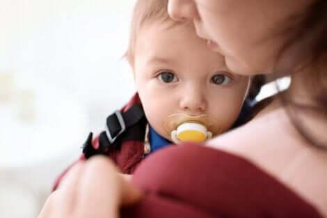 Un bébé avec sa tétine.