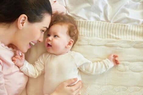 Un bébé et sa maman.