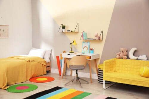 Une chambre d'enfant jaune.