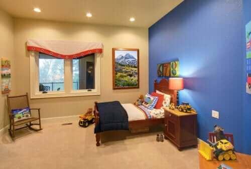 Une chambre d'enfant rangée.