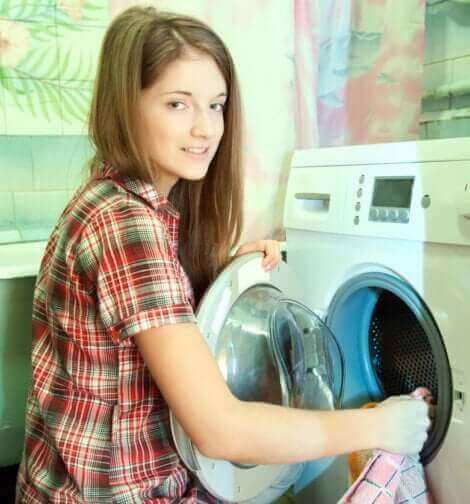 Une jeune fille faisant une lessive.