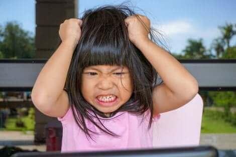 Une fille qui fait une crise de colère.