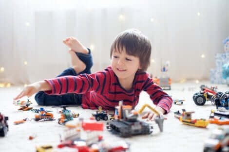 Un enfant jouant seul avec ses jouets.