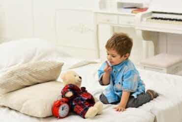 Les enfants qui se parlent à eux-mêmes en jouant : de nombreux avantages
