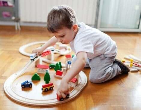 Un enfant jouant seul.