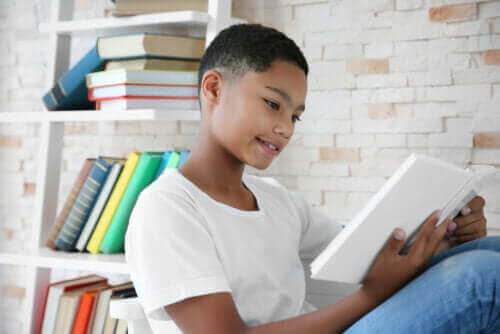 Un jeune lisant un livre de Gianni Rodari.