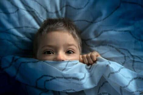 Un enfant dans son lit.