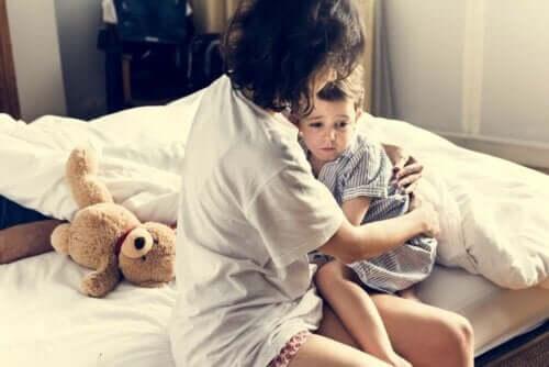 Un enfant qui a peur après un cauchemar.