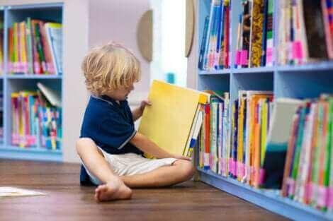 Un enfant qui lit dans une bibliothèque.