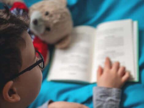 Un enfant qui lit tout seul.