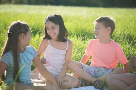 Des enfants dans le jardin.