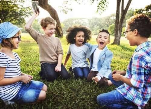 Des enfants font des jeux de coordination et réflexes tous ensemble.