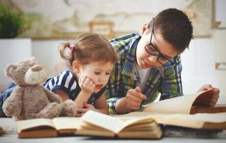 Un frère et sa soeur lisant ensemble.