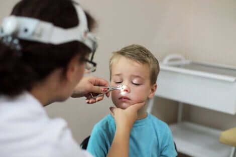 Examen médical d'un enfant.