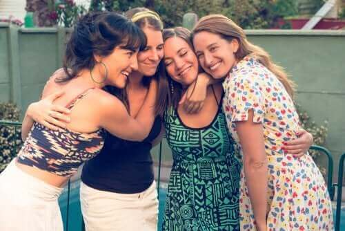Un groupe de femmes faisant un câlin.