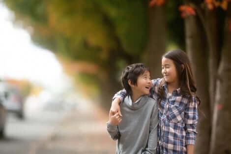 Un frère et sa soeur marchant.