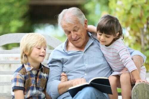 Un grand-père lisant à ses petits enfants.