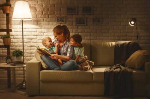 Une maman qui lit des contes traditionnels aux enfants avant de dormir.