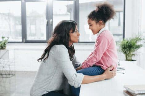 Une mère parlant à sa fille.