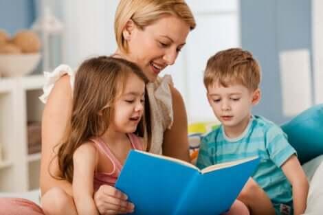 Une mère qui lit un livre à ses enfants.