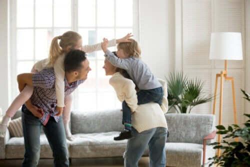 Des parents qui jouent avec leurs enfants.