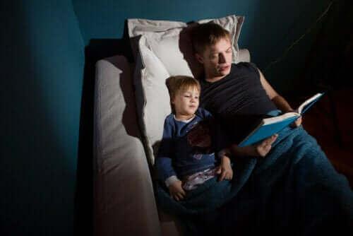 Un père lisant les contes des frères Grimm à son fils.