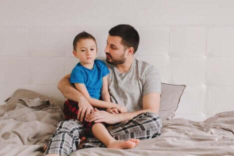 Un père parlant à son fils.