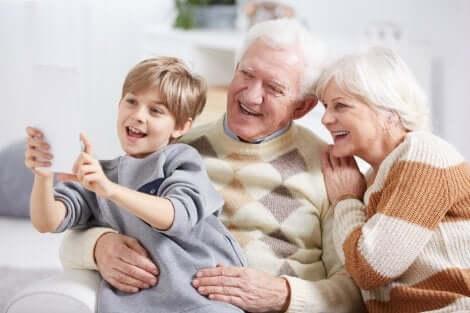 Un selfie d'un petit garçon avec ses grands-parents.