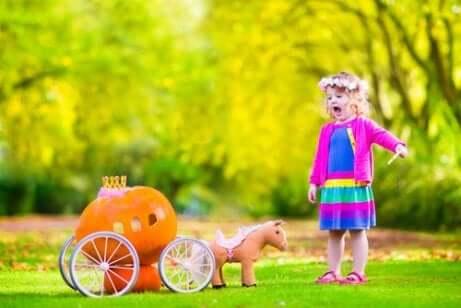 Une petite fille qui joue à Cendrillon.