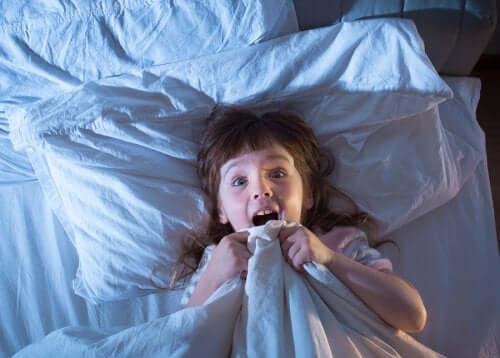 Une petite fille qui fait des cauchemars.