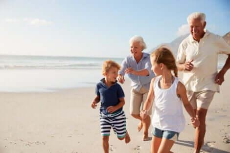 Des petits-enfants avec leurs grands-parents.