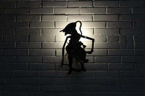 La silhouette d'une sorcière en théâtre d'ombres.