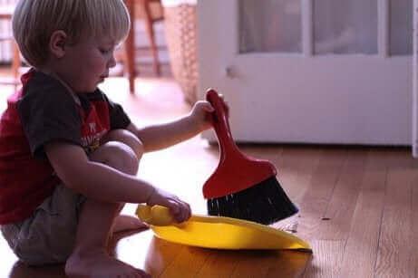 Un enfant passant la balayette.