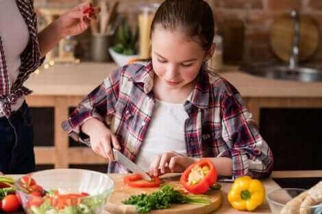 Une jeune fille cuisinant.