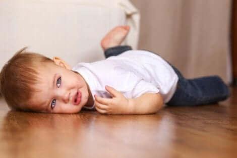 Un enfant au sol.