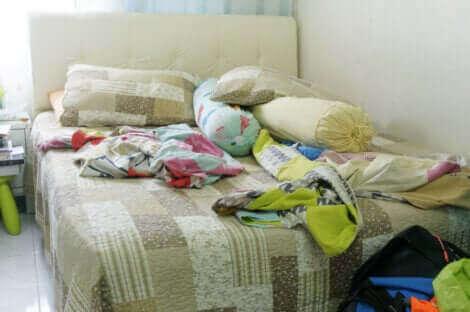 Un lit désordonné.