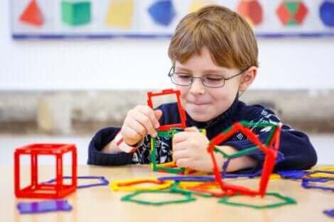 Un enfant jouant à un jeu logique.