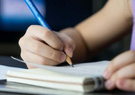 Un enfant écrivant un journal.