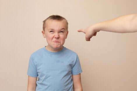 Un enfant faisant une blague.