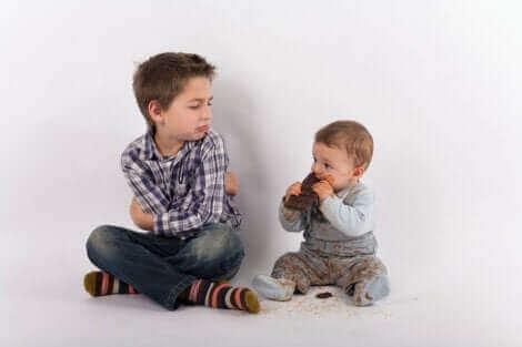 Deux enfants côte à côte.