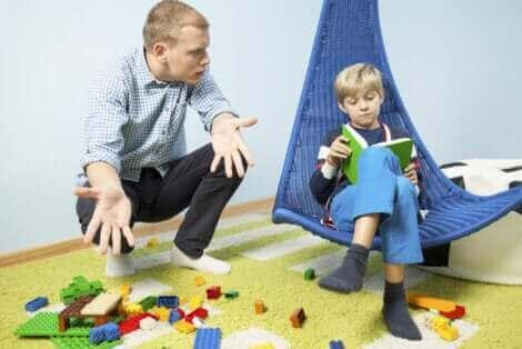 Un père et son fils rangeant les jouets.