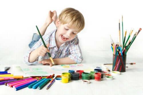 Un enfant qui peint dessine et colorie.